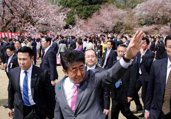 아베 신조 일본 총리가 지난15일 도쿄 신주쿠공원 벚꽃축제에 참석해 손을 흔들고 있다. [도쿄 로이터=뉴스1]