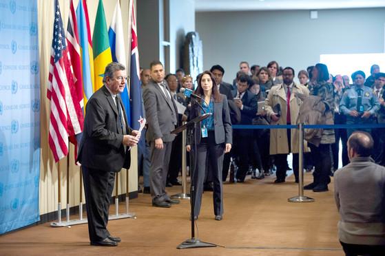 엘리오 로셀리 유엔 안전보장이사회 의장(왼쪽)이 지난 2월, 미국 뉴욕 유엔본부에서 북한의 4차 핵실험을 규탄하는 성명을 발표하고 있다. [사진제공=유엔]