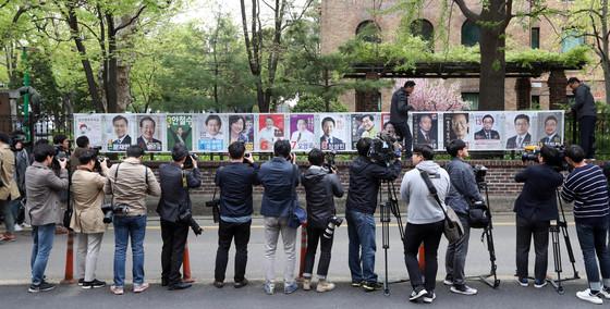 중앙선관위는 20일 부터 제19대 대통령선거 후보자 벽보를 게시한다. 선관위 직원들이 서울 혜화동에 벽보를 붙이고 있다. 강정현 기자