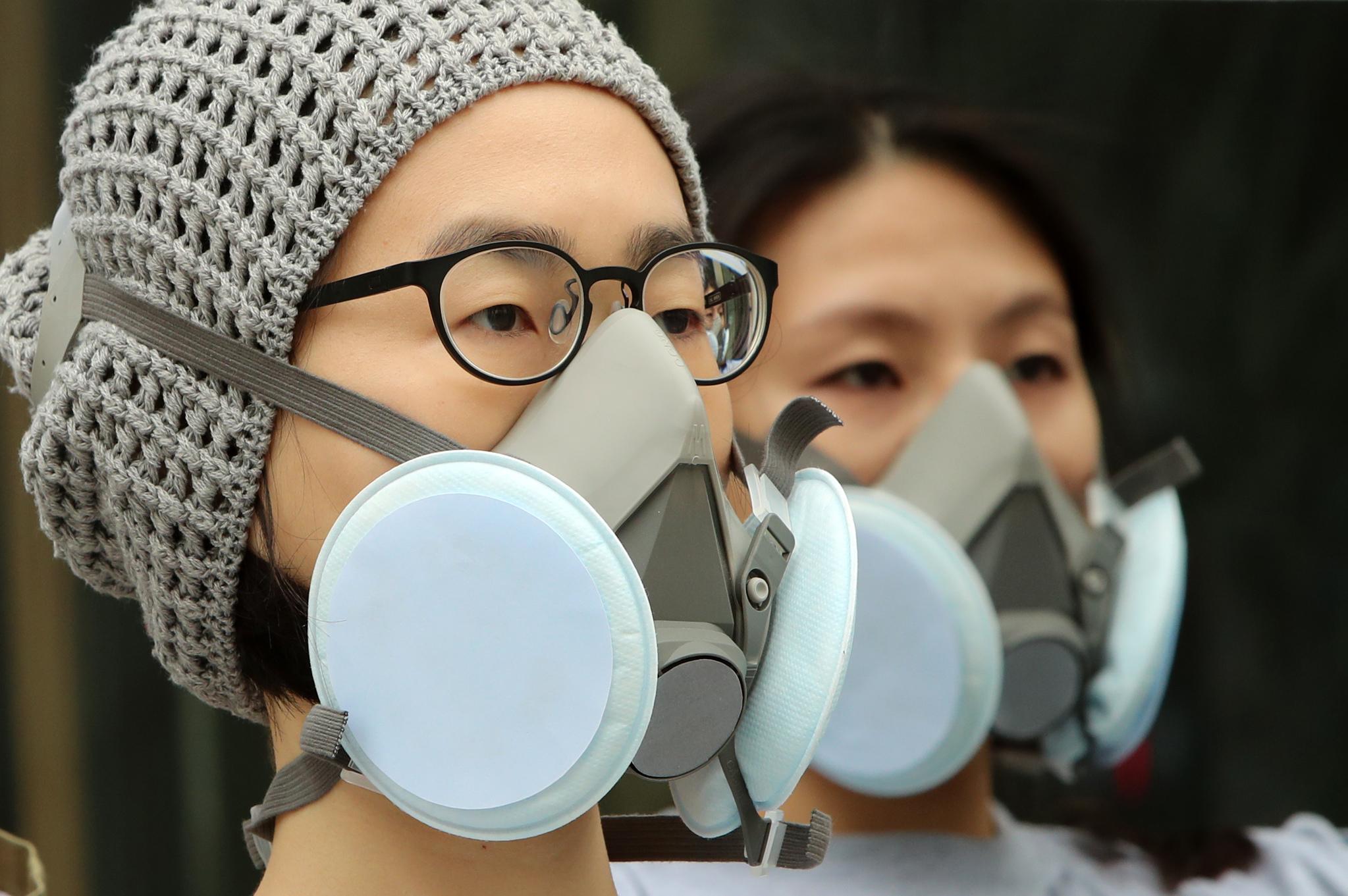 전국의 미세먼지 농도가 '나쁨'을 기록한 20일 서울 청계광장에서 열린 (사)환경정의 개최 미세먼지정책제안캠페인에서 행사참석자들이 방진 마스크를 착용하고 피켓시위를 하고 있다.조문규 기자