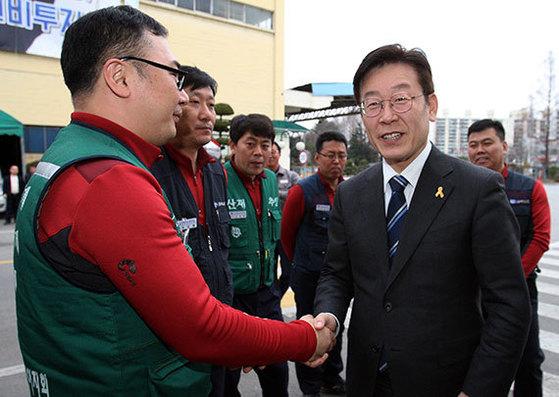 더불어민주당 이재명 경선 후보가 광주광역시 금호타이어 공장에서 노조원들을 만났다. [뉴시스]