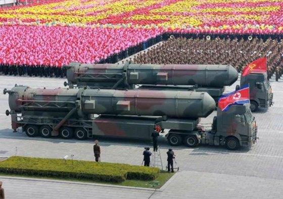북한이 공개한 신형 ICBM의 발사차량. 태백산-96 뒤에 트레일러를 연장한 것으로 보인다. [노동신문]