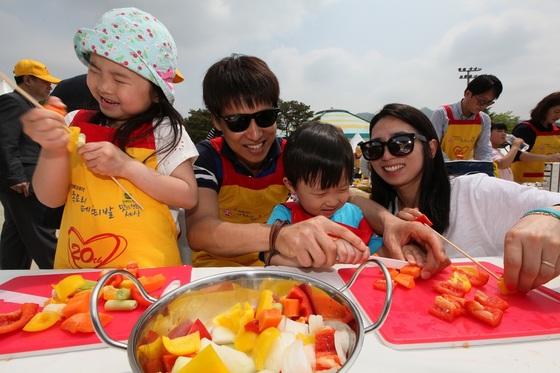 오뚜기 가족요리페스티발에서 참가가족들이 요리를 하며 즐거운 시간을 보내고 있다.(사진제공: 오뚜기)