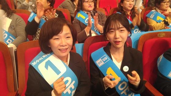 지난달 28일 바른정당 전당대회에서 유승민 후보를 응원하던 부인 오선혜 여사(왼쪽)와 딸 유담씨. 허진 기자