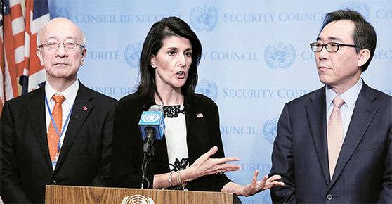 지난 8일, 미국 뉴욕 유엔본부에서 니키 헤일리 유엔 주재 미국대사(가운데)와 조태열 한국대사(오른쪽), 벳쇼 고로(別所浩郞) 일본대사가 북한의 탄도미사일 발사에 따른 유엔 안전보장이사회 긴급회의 후 기자회견을 하고 있다. 이날 안보리는 북한 미사일 발사를 규탄하는 공동성명을 채택했다. [뉴욕 AP=뉴시스]