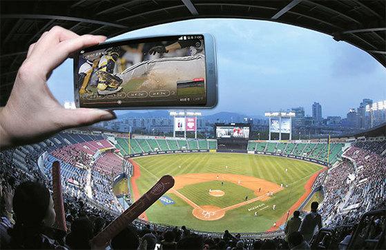 지난 14일 오후 LG와 KT 경기가 열린 서울 잠실야구장을 찾은 한 야구팬이 'U+프로야구' 앱을 이용해 지난 경기를보고 있다. 이 앱을 활용하면 현장에서 놓친 순간 등을 바로 돌려 볼 수 있어 보다 생생한 경기 관람을 할 수 있다. [전민규 기자]