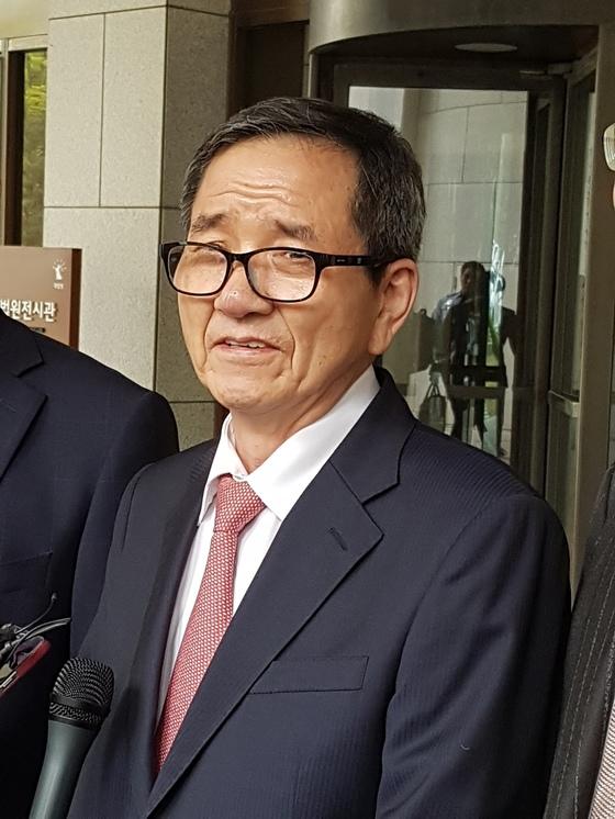 20일 7년 7개월 여 동안의 법정 투쟁에서 승리한 황필상 전 수원교차로 회장이 대법원 선고 직후 법정 밖에서 언론 인터뷰에 응했다.                             사진=유길용 기자