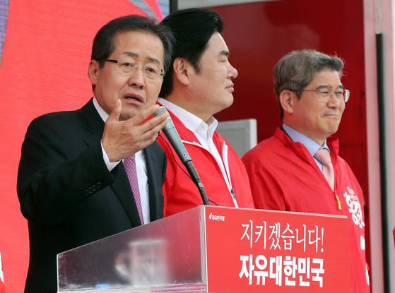 20일 오후 경기도 평택 통복시장 앞에서 유세를 펼치는홍준표 자유한국당 대선 후보.강정현 기자