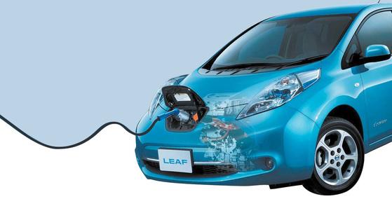 전기 차 충전소켓의 위치도 저마다 다르다. 닛산 리프는 전면 엠블럼안쪽에 충전구가 숨겨져 있다. [사진 닛산]