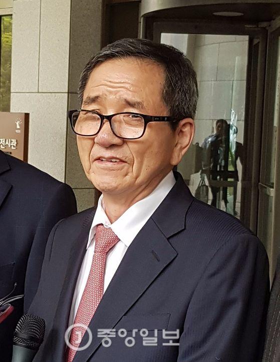 20일 대법원 판결 직후 기자들과 대화하는 황필상 이사장