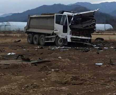 지뢰 폭발로 파손된 한씨의 덤프트럭. [중앙일보DB]