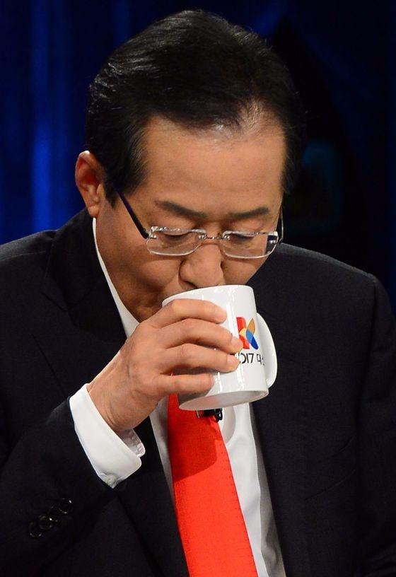 홍준표 자유한국당 후보가 19일 오후 서울 여의도 KBS에서 열린 두 번째 대선 TV토론에 앞서 토론 준비를 하고 있다. [중앙포토]