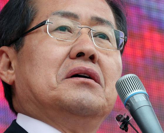 홍준표 자유한국당 후보가 20일 오후 경기도 평택 통복시장앞에서 유세했다.강정현 기자