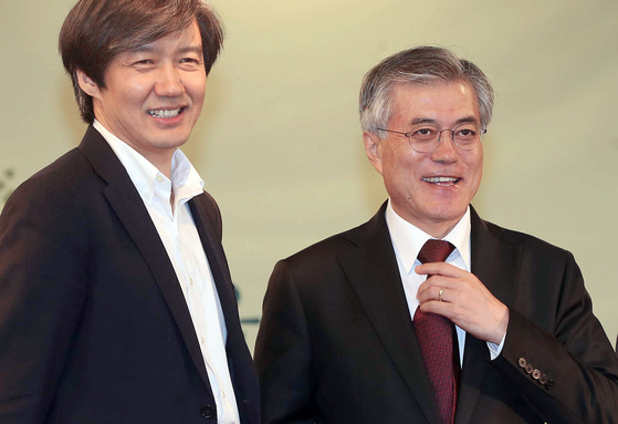 조국 서울대학교 교수(왼쪽)와 문재인 더불어민주당 대선 후보. [사진 중앙포토]
