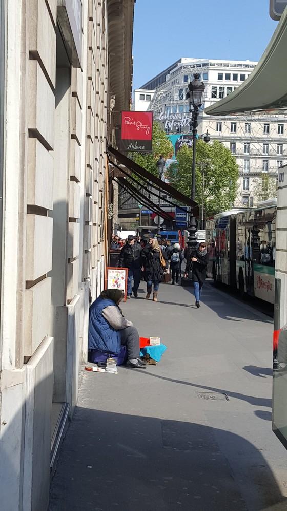 파리 번화가에서 도움을 청하고 있는 할머니의 모습. 뒤편으로 라파예트 백화점의 간판이 보인다. 파리=김성탁 특파원