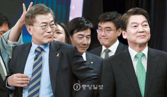 더불어민주당 문재인 후보(왼쪽)와 국민의당 안철수 후보 [중앙포토]