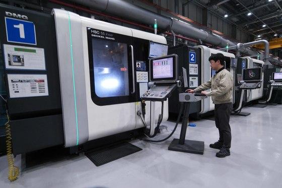 삼성전자 정밀금형 개발센터에는 8대의 대형 로봇이 가전제품 디자인 제작을 담당한다. 2020년에는 모든 공정을 자동화할 예정이다. [사진 삼성전자]