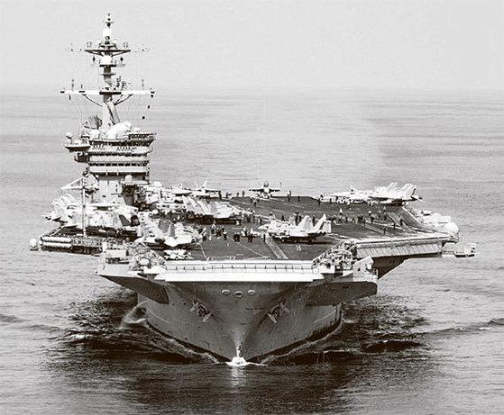 """지난 9일 남중국해에서 훈련 중인 미 해군의 항공모함 칼빈슨함. 한반도 북핵 위기가 고조되면서 전날 해리 해리스 미 태평양사령관은 칼빈슨함의 서태평양 이동을 발표했다. 도널드 트럼프 미국 대통령은 12일 """"(한반도로) 무적함대를 보내고 있다""""고 밝혔다. 하지만 칼빈슨함은 북핵 위기가 절정이었던 15일 한반도에서 4800㎞ 떨어진 인도양에서 작전 중이었던 것으로 19일 확인됐다. [로이터=뉴스1]"""
