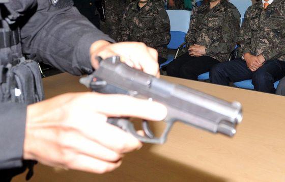 경찰은 서울의 한 버스정류장에서 실탄이 들어있지 않은 권총 탄창 2개를 수거한 뒤 군에 인계했다. 기사 내용과 사진은 관련 없습니다. 김성태