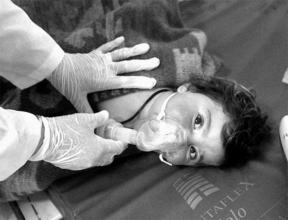 4일(현지시간) 시리아 이들리브 주의 한 주택가에 화학무기를 사용한 것으로 의심되는 공습이 발생해 어린이를 포함해 58명이 숨지고 수백 명의 부상자가 발생했다고 현지 구호단체가 밝혔다. [AP=뉴시스]