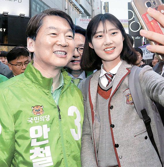 안철수 국민의당 후보는 17일, 인천을 시작으로 서울, 전주, 광주에서 유권자를 만났다. 안 후보가 광주시 금남로에서 한 학생과 기념 촬영을 하고 있다. [오종택·박종근 기자]