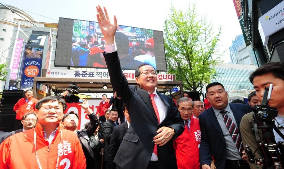 자유한국당 홍준표 대선후보가 18일 부산 부산진구 서면을 찾아 보수세력 결집을 촉구하고 있다.  송봉근 기자
