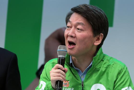 안철수 후보가 20일 서울 남대문시장에서 유세를 하고 시장 상인들을 만나 지지를 호소했다. 박종근 기자.