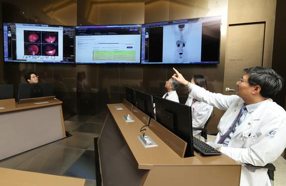 인천 가천대길병원 'IBM 왓슨 인공지능 암센터'에서 의료진이 미국 IBM사의 인공지능 프로그램 '왓슨 포 온콜로지'를 활용해 환자의 진료 계획을 의논하고 있다. [중앙포토]