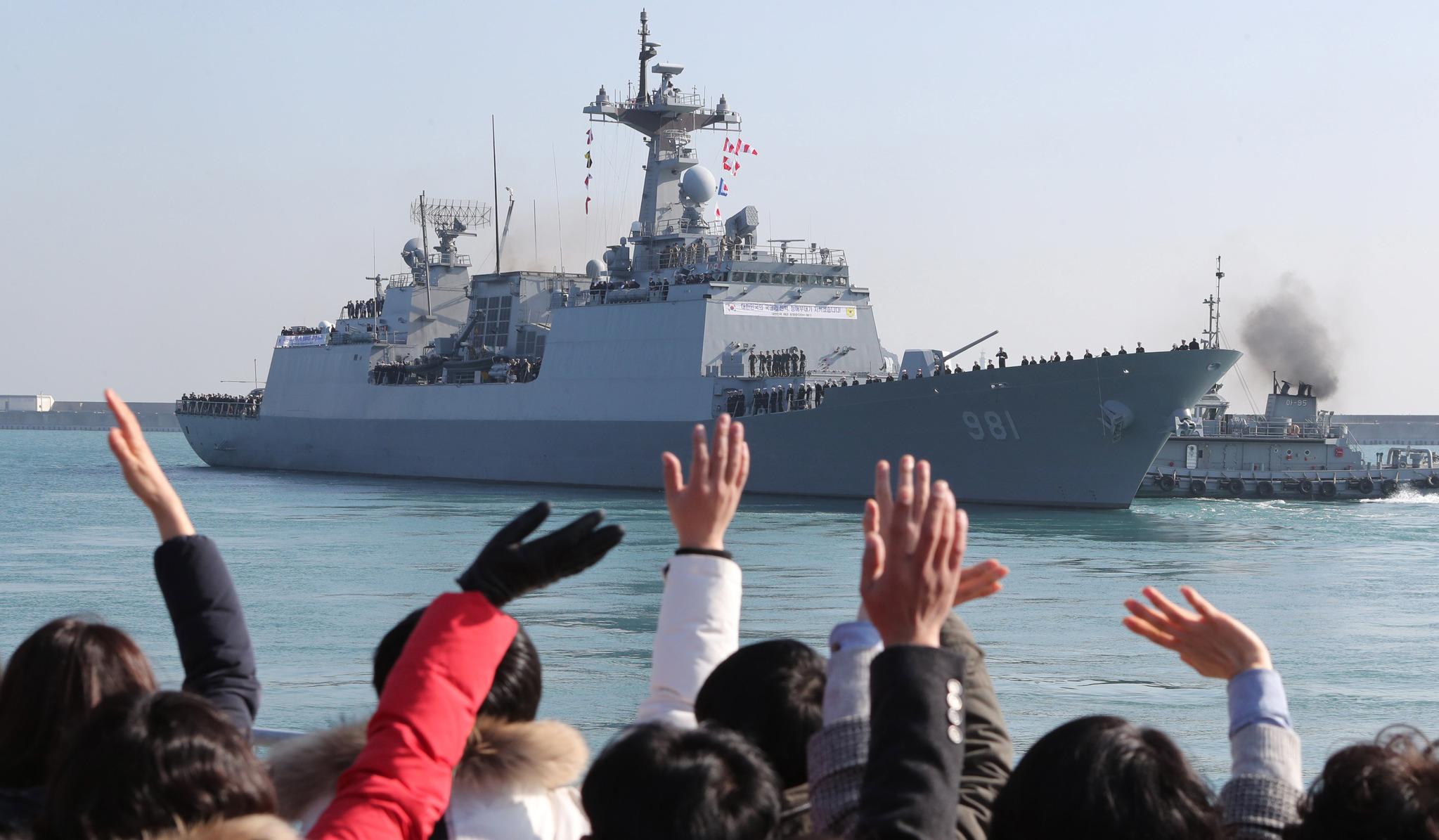 청해부대 23진 최영함(DDH-Ⅱ,4400t급)의 파병신고식이 열린 지난 1월 3일 부산 남구 해군작전사령부 부산작전기지에서 가족들이 손을 흔들며 최영함을 배웅하고 있다. 송봉근 기자
