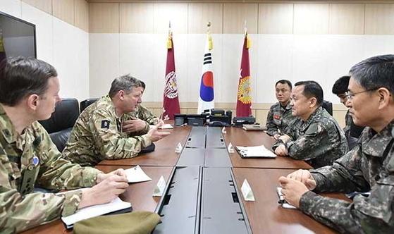 이순진 합참의장(오른쪽 가운데)이 지난 22일 합참 전시지휘소를 방문한 크리스 데버럴 영국 합동군 사령관(왼쪽 가운데)과 두 나라의 군사협력 방안을 논의하고 있다. [사진 합참]