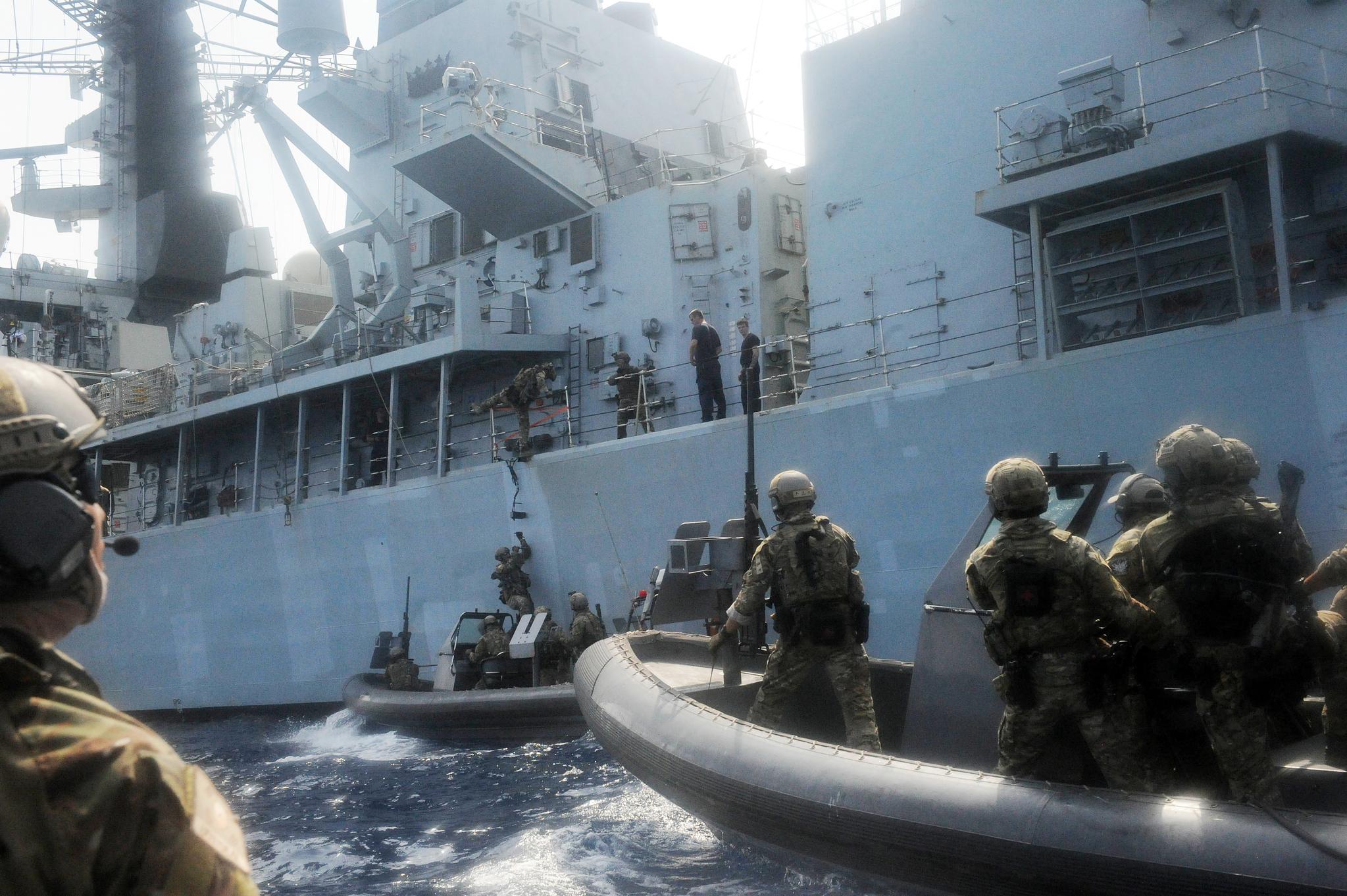 최영함에서 RIB(Rapid Inflatable Boat)을 타고 출동한청해부대 23진 검문검색대원들이 20일(현지시간) 아덴만에서 영국 몬머스함으로 접근하고 있다. [사진 합참]