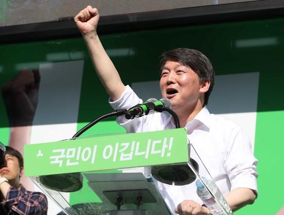 안철수 국민의당 대선후보가 23일 오후 서울 종로구 세종문화회관 계단에서 국민과의 약속, 대한민국 미래선언을 열었다. 오종택 기자