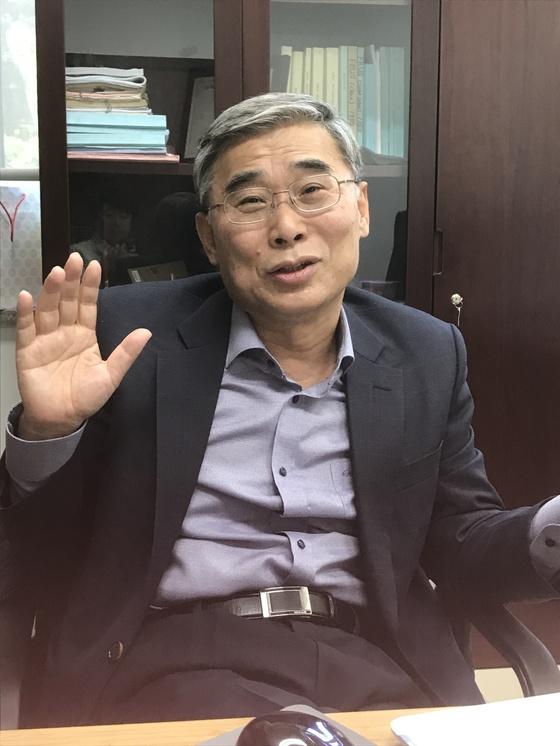 23일 베이징대 연구실에서 인터뷰중인 이종석 전 통일부 장관
