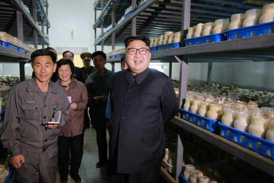 지난 7일 북한 김정은 노동당 위원장이 평양버섯공장을 시찰했다. [사진=노동신문]