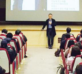 '사장을 가르치는 사장' 김승호 회장. 강연을 할 때면 '100일 동안 100번 쓰기'를 강조한다. / 스노우폭스 제공
