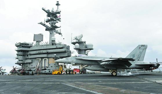 미국 제3함대 소속의 핵항공모함인 칼빈슨함 비행갑판에 F/A-18 전투기가 착륙하고 있다.[중앙포토]