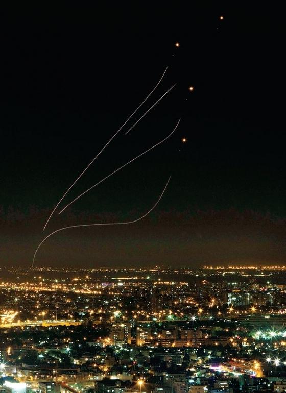 이스라엘 미사일방어 시스템인 아이언돔 미사일이 이스라엘 수도 텔아비브 상공에서 팔레스타인 무장정파 하마스가 쏜 로켓포를 요격하기 위해 날아가고 있다.