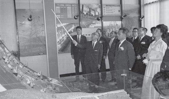 1966년 10월 덕수궁에 세워진 경제개발 5개년 종합 전시관 개관식에 참석한 박정희 대통령 내외가 설명을 듣고 있다.