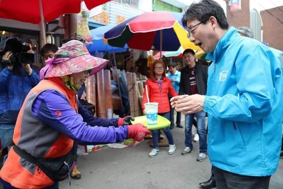 시장에서 상인들을 만나는 유승민 바른정당 대선후보(오른쪽) [사진 유승민 캠프 페이스북]