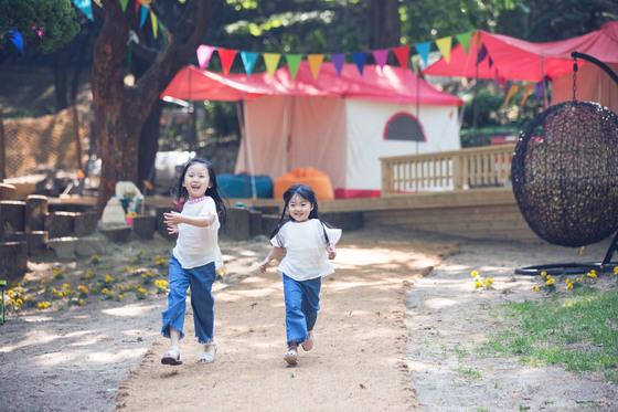 그랜드하얏트 서울 '그랜드 캠핑'은330㎡(100평)의 야외 공간으로 어린이들이 물로켓쏘기, 사방놀이 같은 체험활동 프로그램을 즐길 수 있.[사진 그랜드하얏트 서울]