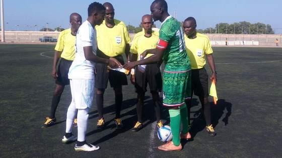 A매치 평가전 킥오프에 앞서 남수단축구대표팀 주장(오른쪽)과 소말리아 대표팀 주장이 기념 페넌트를 교환하고 있다. 사진=임흥세 감독