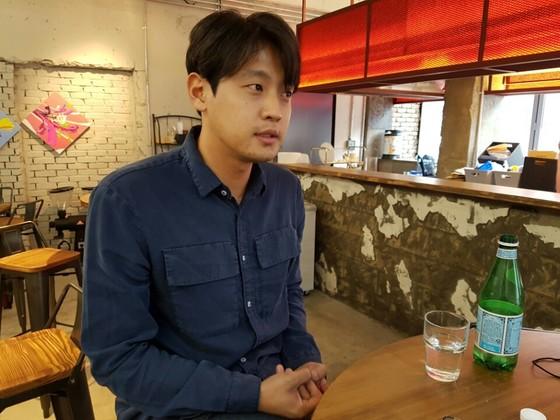사진전 '고시텔'을 여는 심규동씨가 지난 21일 한 카페에서 인터뷰하던 중 질문에 답하고 있다. 김나한 기자