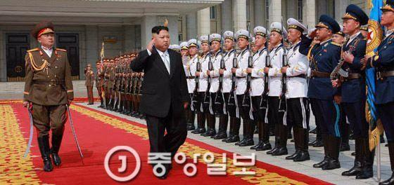 북한 김정은 노동당 위원장이 15일 열병식에 참석하고 있다. [사진 노동신문]