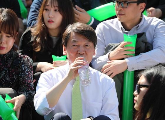 안철수 국민의당 대선후보가 23일 오후 서울 종로구 세종문화회관 계단에서 국민과의 약속, 대한민국 미래선언을 열었다. 안 후보가 지지자들과 함께 앉아 물을 마시고 있다. 오종택 기자