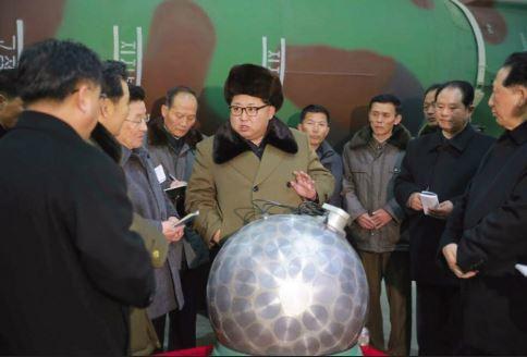 북한 김정은이 지난해 핵무기 연구 부문의 과학자, 기술자들을 만나 핵무기 병기화 사업을 지도하고 있다. [사진 중앙포토]