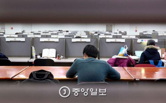 도서관에서 공부 중인 인문계 취준생의 뒷모습 [중앙포토]