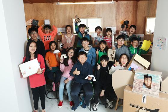 '영 메이커 프로젝트' 이문동 센터 교육에 참가한 학생들이 파이팅을 외치고 있다. [장진영 기자]
