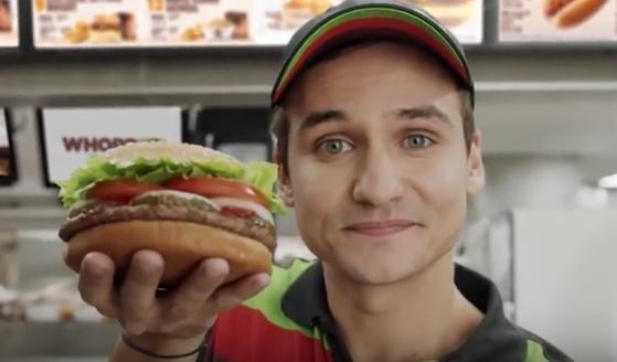논란이 된 미국 버거킹 광고의 한 장면. (사진 출처=광고 캡쳐)