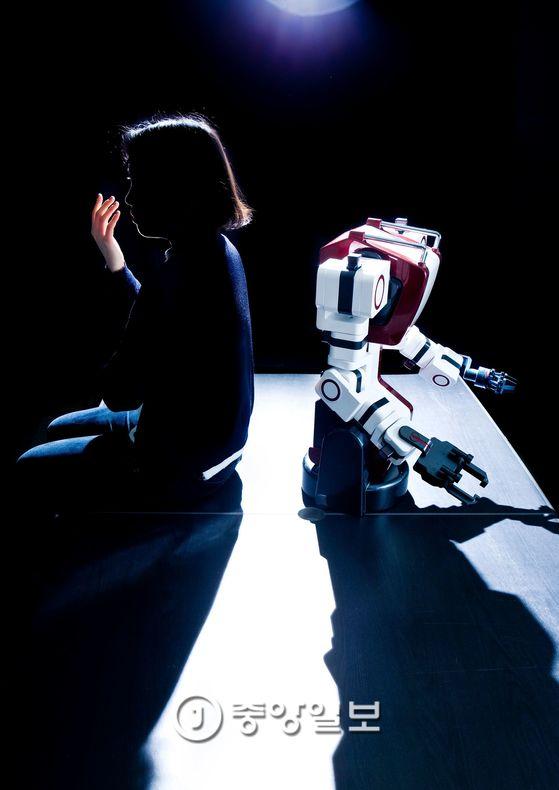 로봇 인공지능은 사람의 일자리를 얼마나 빼앗을까. 관련 기술 발전과 함께 숙련 노동과 전문직 일자리도 대체되기 시작했다. [중앙포토]
