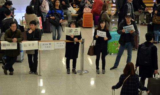 지난 3월 6일 인천공항에서 중국 단체관광객을 기다리고 있는 여행사 가이드들. 15일 이후엔 이마저도 끊길 것으로 보인다.
